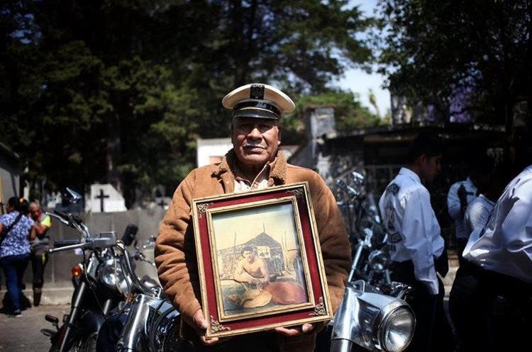 MEX006. CIUDAD DE MÉXICO (MÉXICO), 15/04/2017.- Seguidores del cantante Pedro Infante asisten al panteón jardín de Ciudad de México (Foto Prensa Libre: EFE).