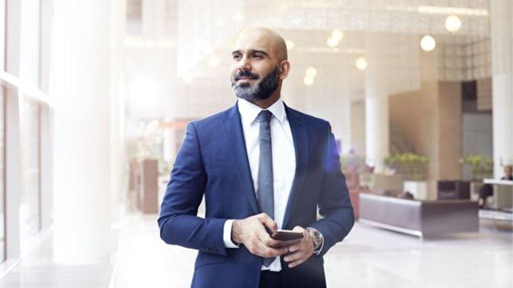 Los celulares se han convertido en la salvación de muchos tímidos. Proporcionan la excusa perfecta para evitar un encuentro inesperado en la oficina o la calle. (GETTY IMAGES)
