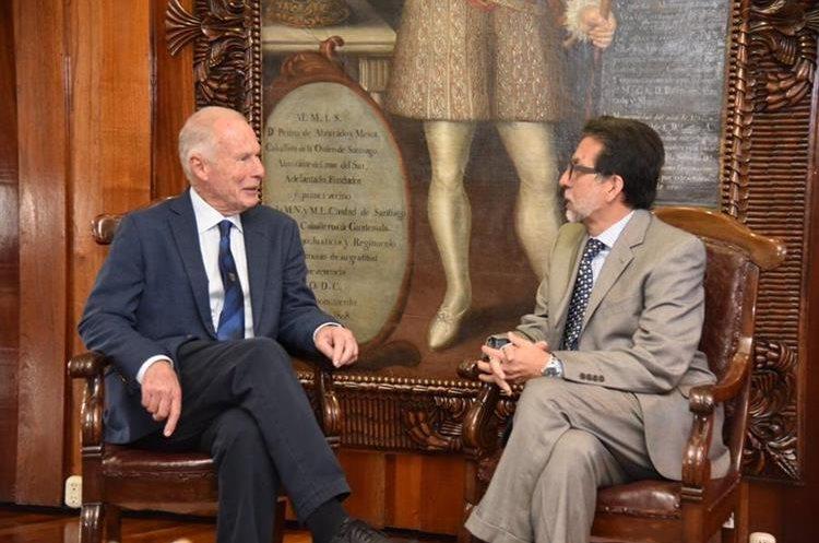 Embajador de Estados Unidos, Luis Arreaga, reunido con el alcalde capitalino, Álvaro Arzú. (Foto Prensa Libre: Embajada EE. UU.)