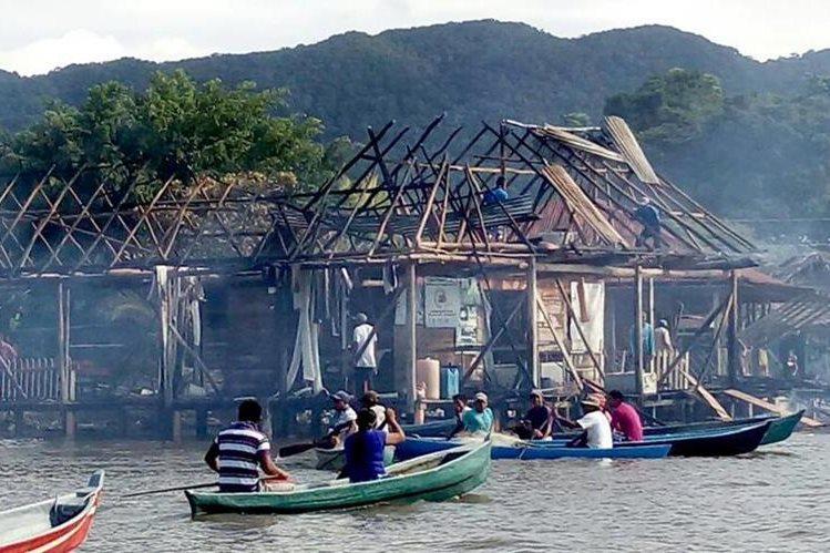 La pescadería y el restaurante se incendiaron al parecer por una fuga de gas propano.(Foto Prensa Libre: Dony Stewart)