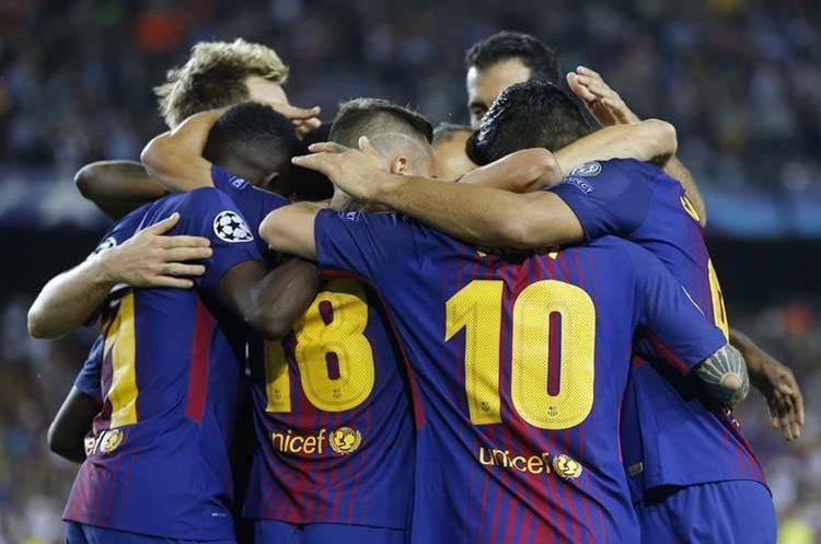 Lionel Messi festeja con sus compañeros al anotar en el Camp Nou.