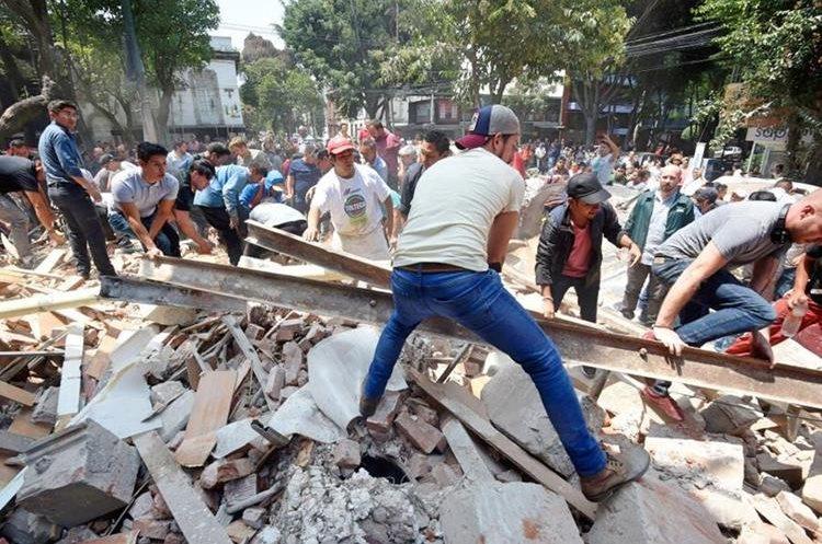 Personas particulares ayudan a remover escombros en una zona afectada por terremoto.(Foto Prensa Libre: Agencias)