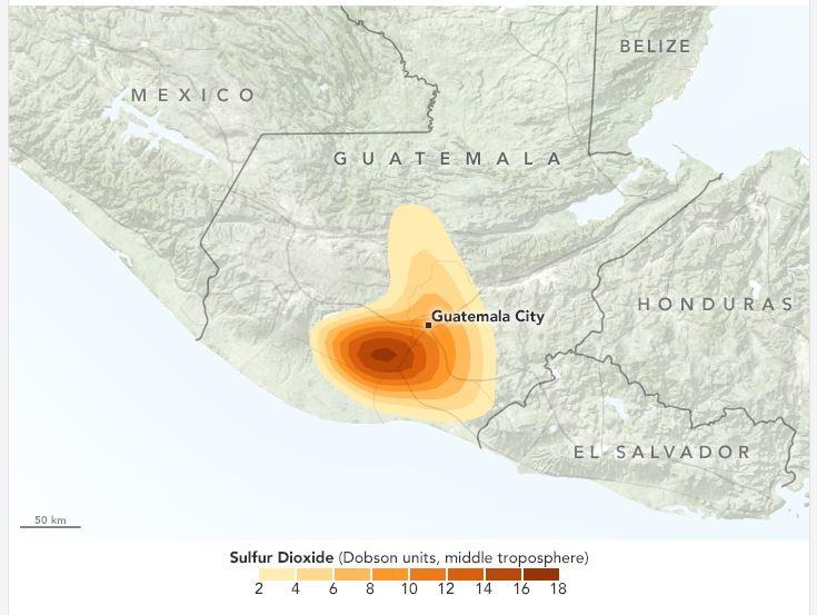 El área señalada en rojo refleja la mayor concentración de dióxido de sulfuro alrededor del volcán de Fuego. (Foto Prensa Libre: earthobservatory.nasa.gov)