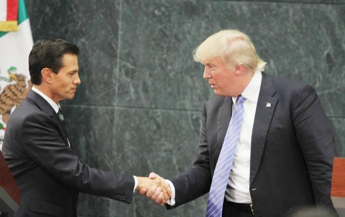 Donald Trump reiteró a Enrique Peña Nieto en octubre último la necesidad del muro. (AP).