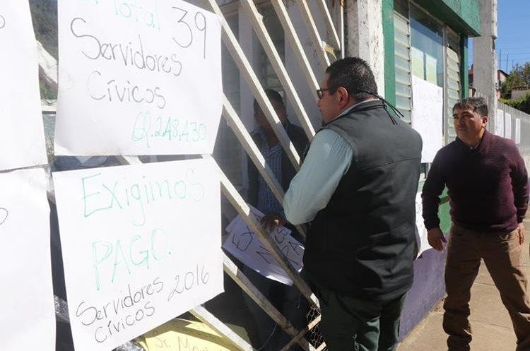 Los inconformes aseguran que las instalaciones del Maga permanecerán tomadas por tiempo indefinido. (Foto Prensa Libre: Whitmer Barrera)