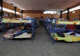 Damnificados de El Cambray 2, permanecen en albergue habilitado en el salón municipal de Santa Catarina Pinula. (Foto Prensa Libre: Hemeroteca PL)