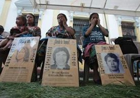 Familiares recuerdan la memoria de las víctimas.