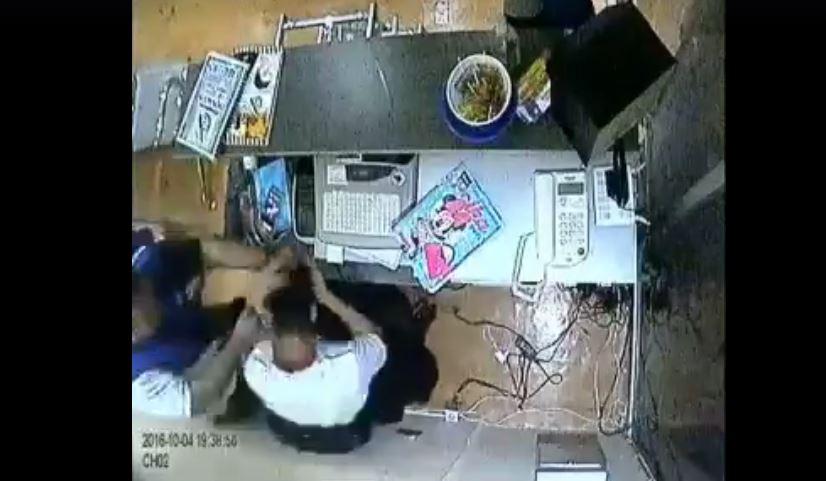 Una cámara capta el momento de la agresión de García Paiz contra el peluquero. (Foto Prensa Libre: Internet)
