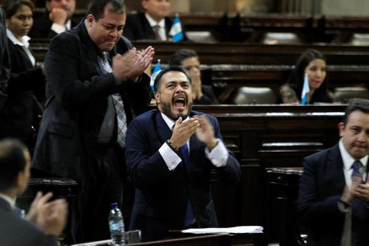 El diputado Javier Hernández celebró la votación que salvó la inmunidad del presidente, el lunes último, en el Congreso. (Foto Prensa Libre: Hemeroteca PL)