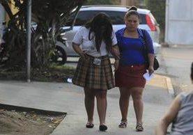 De los 13 estudiantes, en su mayoría mujeres, 11 fueron trasladados al Hospital Roosevelt. (Foto Prensa Libre: Carlos Hernández)