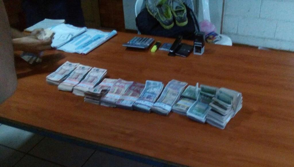 Parte del dinero decomisado al capturado en Escuintla. (Foto Prensa Libre: Enrique Paredes).