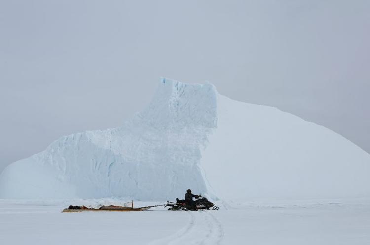 Las motos de nieve son el medio de transporte de los residentes del poblado. QAJAAQ ELLSWORTH