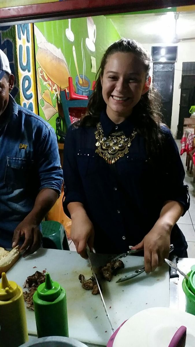 Heidy Michel Valdez Soto, Señorita Quiché, vende comida en las calles de Pachalum. (Foto Prensa Libre: Héctor Cordero)