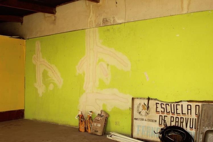El trabajo de reparación de la Escuela de Párvulos Francisca Sandoval debió ser entregado hace más de un año. ( Foto Prensa Libre: Aroldo Marroquín).