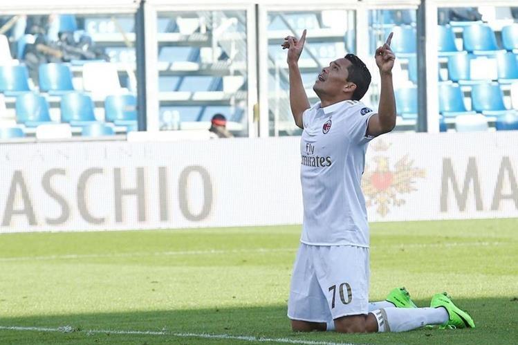Así festejó Bacca después de marcar el gol del triunfo para el Milan. (Foto Prensa Libre: EFE)