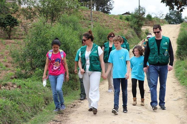 Youtubers españoles acompañan a Sandra en su camino al colegio. Foto Prensa Libre: Héctor Cordero.