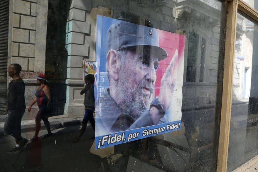 """""""Fidel por siempre Fidel"""", se lee en otra valla que fue colocana en una de las calles de La Habana, con motivo del cumpleaños 89 del líder cubano. (Foto Prensa Libre: AP)."""