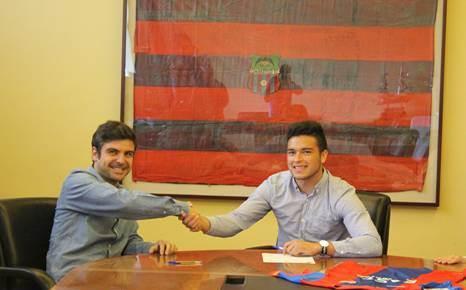 Daniel Guay (derecha) sonrie luego de firmar con el Levante UD. (Foto Prensa Libre: Cortesía TGNS)