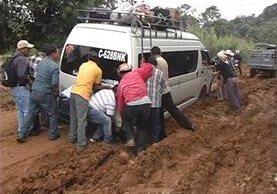Pobladores deben empujar los automotores en el tramo que está intransitable. (Foto Prensa Libre: Héctor Cordero)