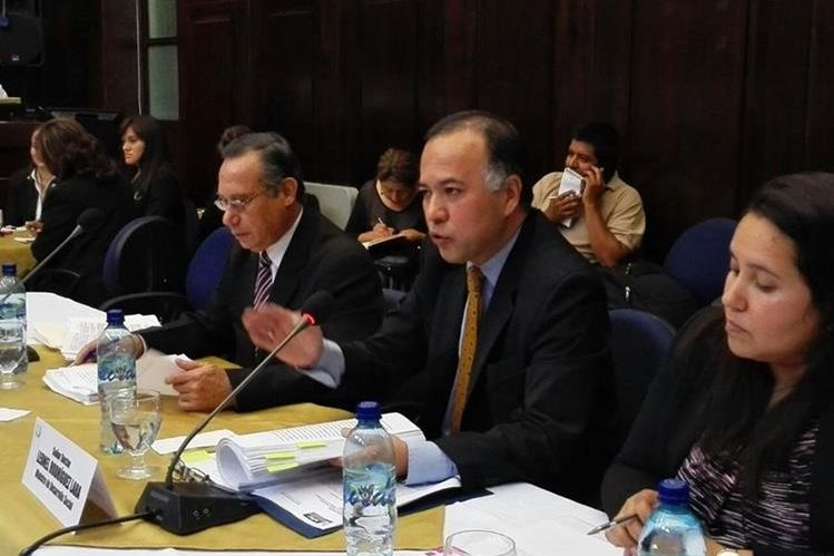Leonel Rodríguez intenta explicar la compra de maquinaria pesada en el ministerio de Desarrollo Social. (Foto Prensa Libre: Edwin Bercián)