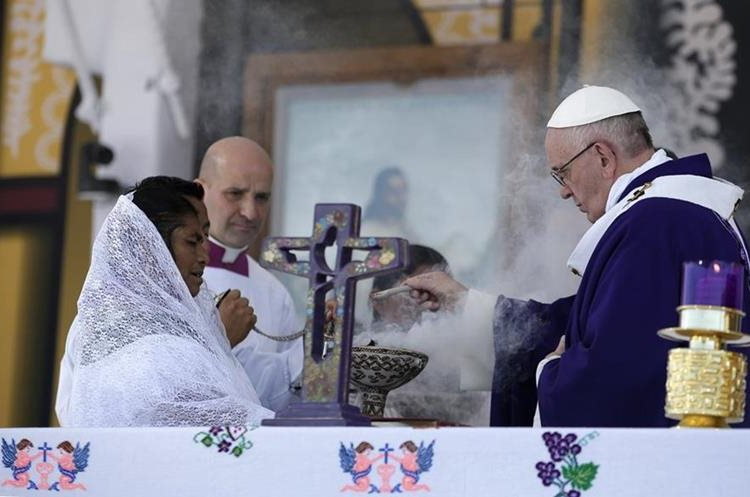 Pope Francis (R) officiates an open-air mass in San Cristobal de las Casas, in Chiapas, on February 15, 2016. Thousands of indigenous Mexicans flocked on Monday to a field in the impoverished southern state of Chiapas to attend Pope Francis