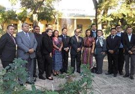 Los maestros galardoandos se reunieron con el ministro de Educación, Óscar López, en la sede del Mineduc. (Foto Prensa Libre: @m100puntos)