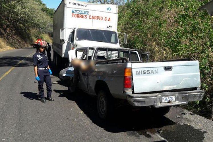 El picop fue colisionado por un camión que se cambió de carril, en Pasaco, Jutiapa. (Foto Prensa Libre: Hugo Oliva)