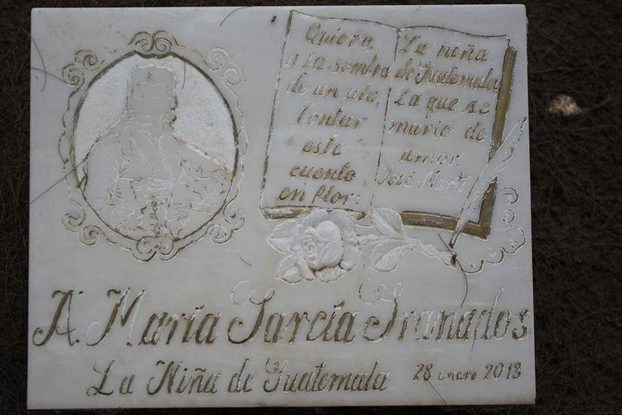 La lápida se encuentra en el panteón de la  familia García Granados. (Foto Prensa Libre: Esbín García)