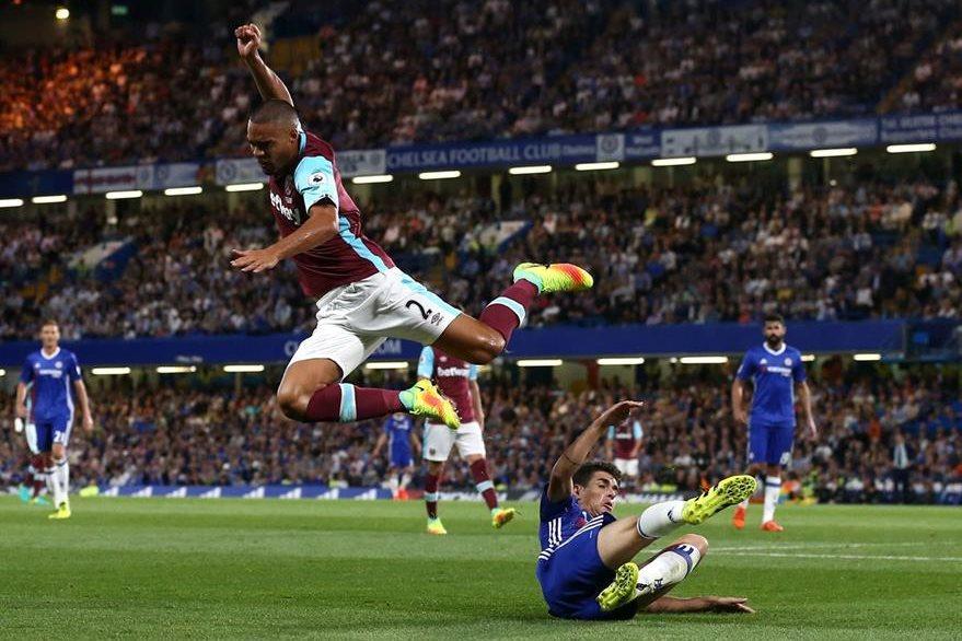 El defensor del West Ham, Winston Reid, disputa el balón con el brasileño Oscar.