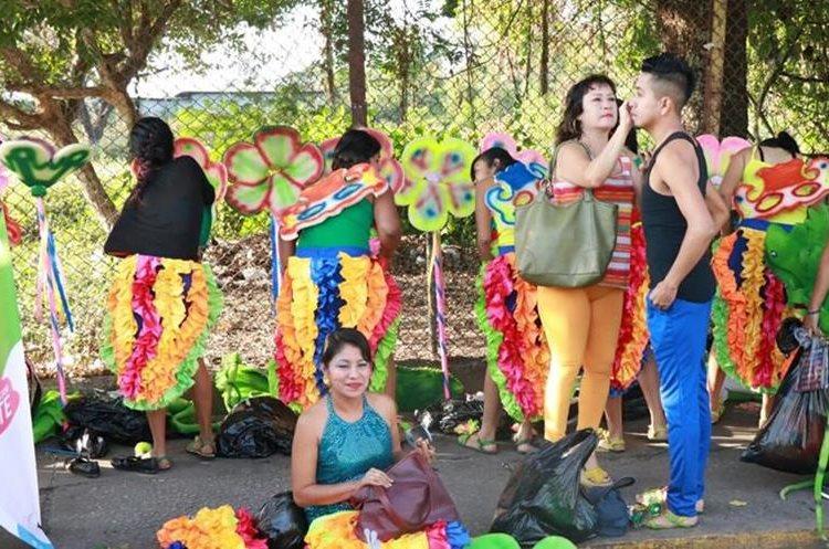 Integrantes de las comparsas se preparan previo al desfile. (Foto Prensa Libre: Cristian Icó)