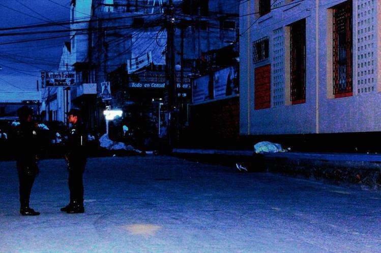 La Policía y el Ministerio Público acordonan el área donde sucedió el ataque armado en la zona 2, de la cabecera de Chimaltenango. (Foto Prensa Libre: Víctor Chamalé)