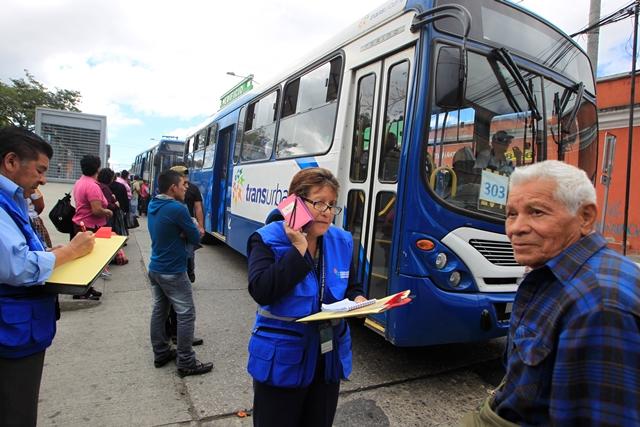 Con las restricciones de Transurbano, los adultos mayores solo pueden hacer dos viajes al día con la tarjeta dorada. (Foto Prensa Libre: Hemeroteca PL)