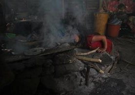 Condiciones de pobreza extrema evitan que las familias dejen de utilizar la leña como combustible en sus viviendas. (Foto Prensa Libre: Mike Castillo)