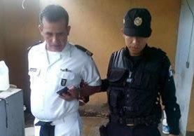 Gabriel de Jesús Valera, capitán de la Marina, es aprehendido en Santa Rosa por conducir ebrio. (Foto Prensa Libre: Oswaldo Cardona)