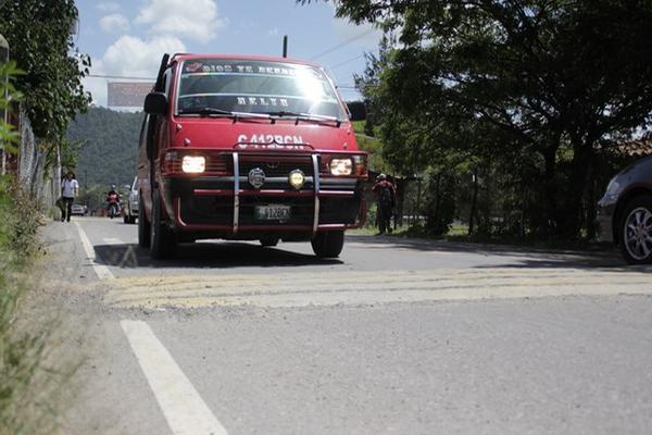<p> Vehículo se&nbsp; aproxima a un obstáculo en la ruta entre Huehuetenango y La Mesilla. (Foto Prensa Libre: Mike Castillo)</p>