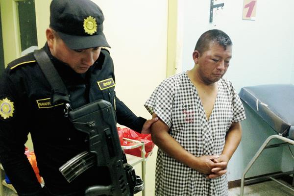 Presunto violador fue entregado a la PNC, que lo llevó al hospital para recibir tratamiento. (Foto Prensa Libre: Carlos Ventura)