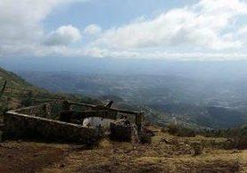 Restos de la cabaña que era ícono del mirador Juan Diéguez Olaverri en Los Cuchumatanes. (Foto Prensa Libre: Cortesía)