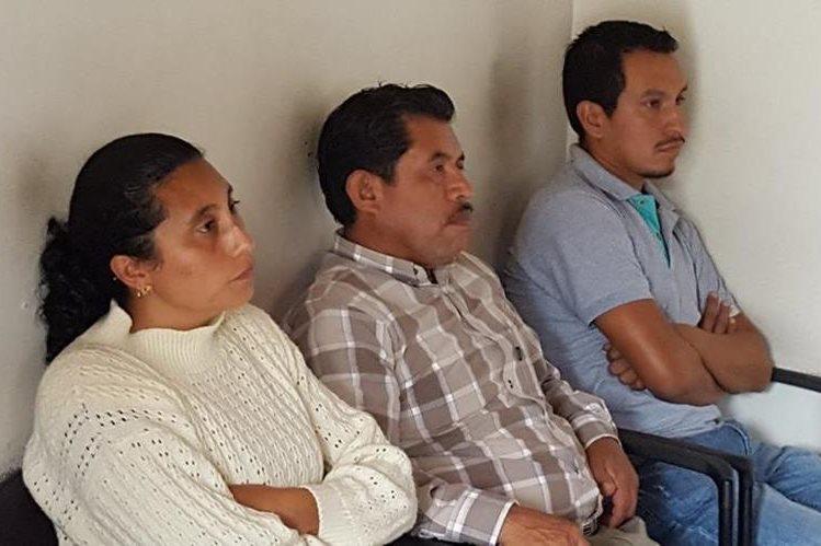 Sindy Gálvez, Juan Batzín y Mario Turcios quedaron ligados a proceso por haber simulado ser empleados de la comuna de Acatenango y devengado salarios durante cuatro años. (Foto Prensa Libre: Julio Sicán)
