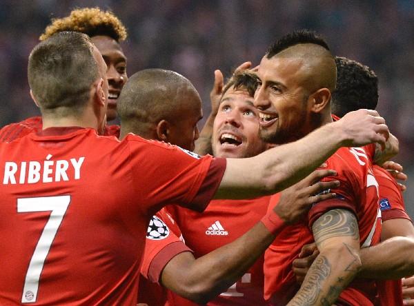 Arturo Vidal festeja con sus compañeros el único gol del Bayern contra el Benfica. (Foto Prensa Libre: AFP).