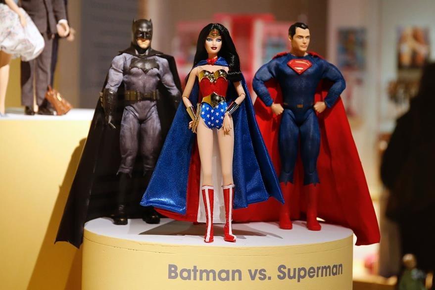 Barbie también es una heroína, en este caso la Mujer Maravilla, como Batman y Superman.