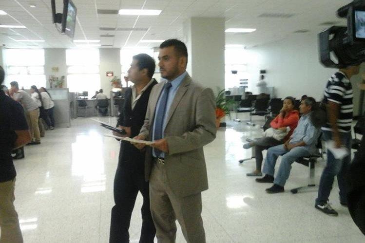 El grupo de abogados al momento de presentar la denuncia contra la ex vicepresidenta Roxana Baldetti, por la compra de Corporación de Noticas en Q20 millones. (Foto Prensa Libre: Hugo Alvarado)