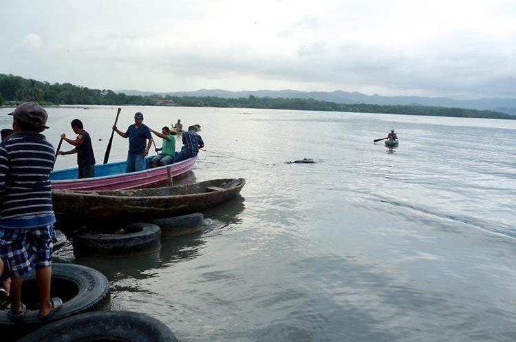 Pescadores llevan a las orillas del barrio El Limonar en Puerto Barrios Izabal el cuerpo de Claudia Duarte el cual fue localizado entre bolsas y con señales de violencia. (Foto Prensa Libre: Dony Stewart)