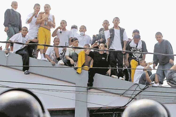 La semana pasada varios jóvenes, muchos mayores de edad, se amotinaron en Las Gaviotas, zona 13. (Foto Prensa Libre: Hemeroteca PL).