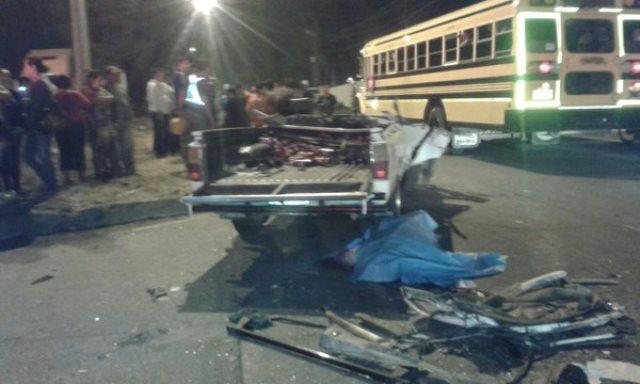 El picop que era conducido por Carrillo Alfaro quedó destrozado. (Foto Prensa Libre: CVB)