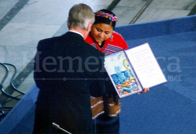 Rigoberta Menchú Tum recibe el Premio Nobel de la Paz en Noruega el 10 de diciembre de 1992. (Foto: Hemeroteca PL)