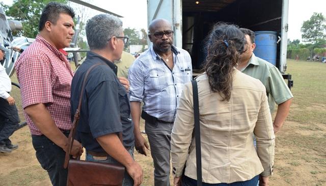 Ministro de  Ambiente Sidney Samuels dialoga con autoridades locales de Retalhuleu. (Foto Prensa Libre: Jorge Tizol)