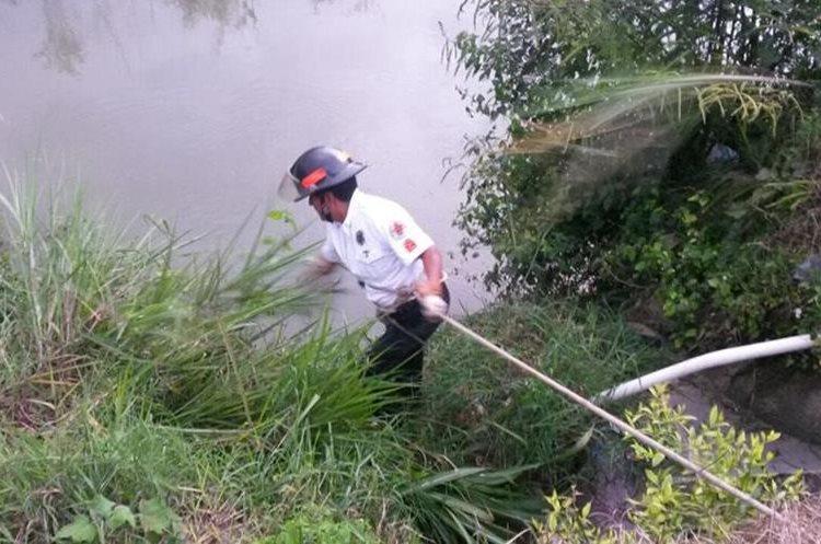 Socorrista busca en el río Cahabón, donde se presume estaría la desaparecida. (Foto Prensa Libre: Eduardo Sam).