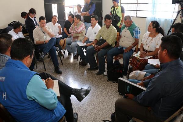 <p>Mesa de diálogo permitió llegar a acuerdo para desocupar las instalaciones de la hidroeléctrica Chixoy (Foto Prensa Libre: EDAURDO SAM CHUN).</p>