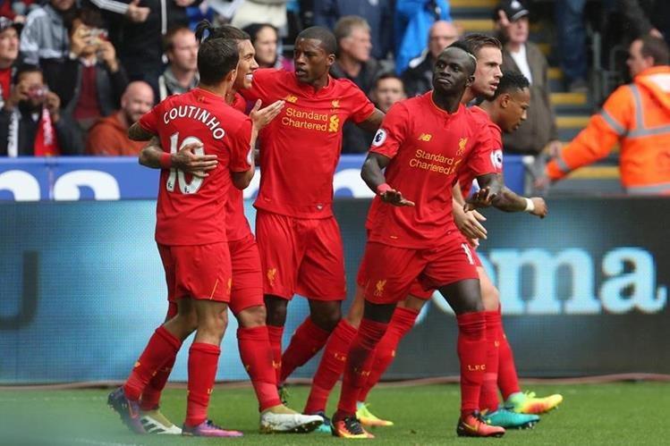 Los jugadores del Liverpool festejan el triunfo frente al Swansea. (Foto Prensa Libre: AFP)