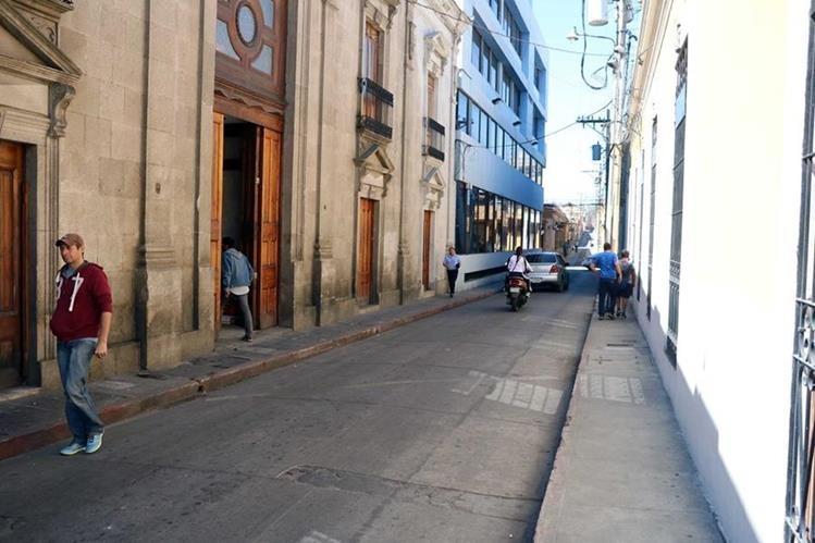 Muros de edificios del Centro Histórico de Xela se dañan debido a falta de sanitarios públicos. (Foto Prensa Libre: Carlos Ventura).